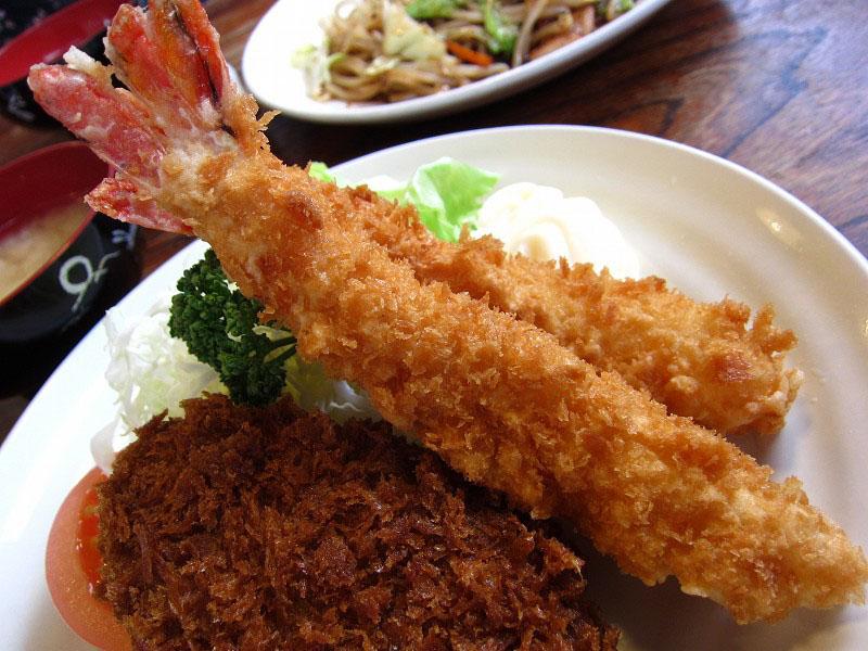 熊谷市拾六間「あらい食堂」のメンチ+エビフライ定食と野菜炒めみそ味定食