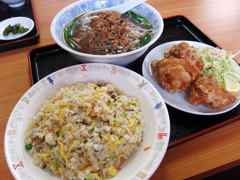 熊谷市拾六間「菜香館」の唐揚げセットと水餃子定食