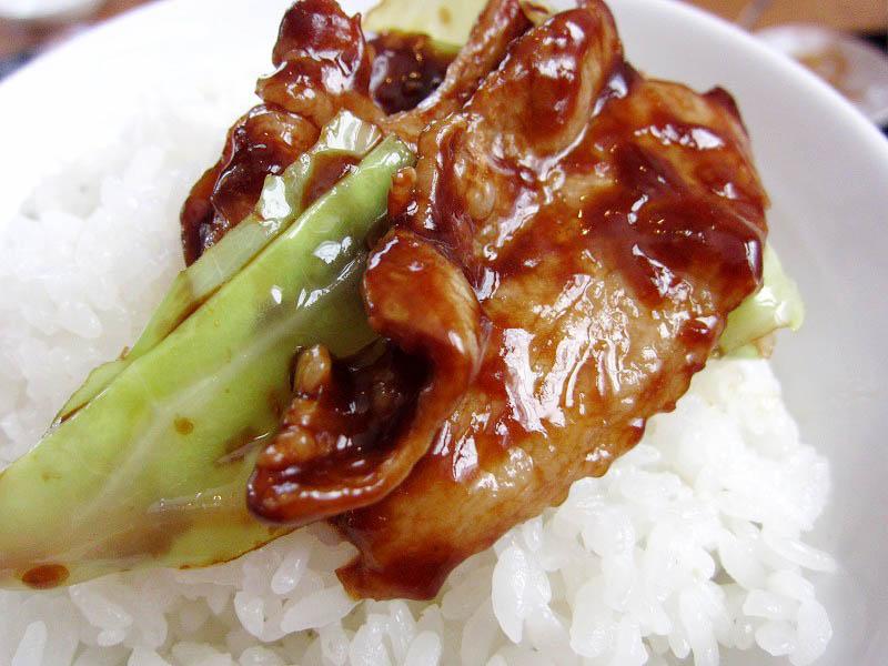 行田市富士見町2「味鮮」の回鍋肉定食と鉄板焼き餃子