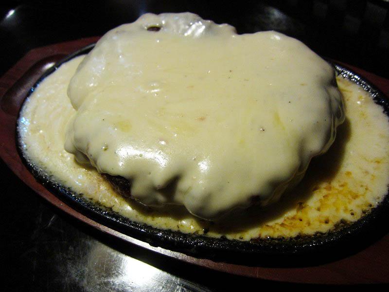 群馬県藤岡市本郷「鶴商文庫」のスーパーホワイトバーグと煮込みハンバーグ