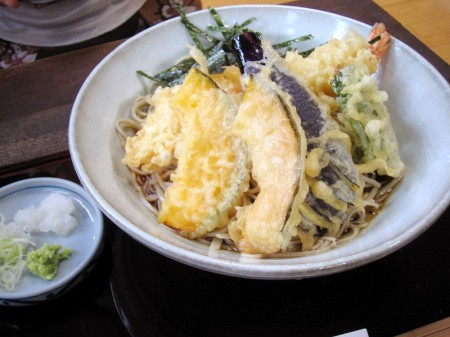 熊谷市小島「手打蕎麦やじま」の天もりそばとかつ丼