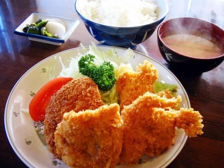 熊谷市拾六間「あらい食堂」のメンチ・チキンカツ定食