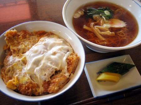 熊谷市拾六間「あらい食堂」の半カツ丼+半ラーメン