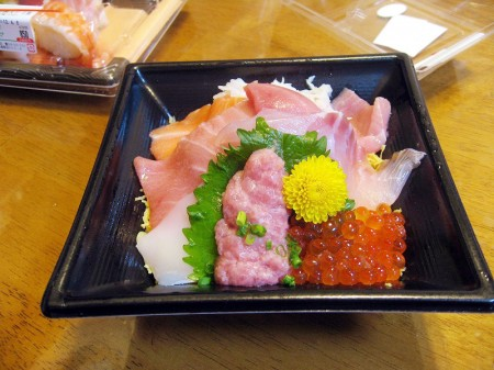 熊谷市新堀新田マミーマート内「角上魚類」のマグロ中とろ海鮮丼とにぎり寿司