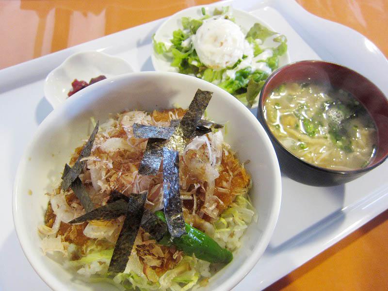 熊谷市万吉「すみれ食堂」の豚ロースの和風タレカツ丼とじっくり煮込んだビーフカレー