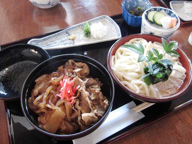 熊谷市河原町2「うどん・ど・りっち」の日替わりランチ(牛すき焼き丼&うどん)