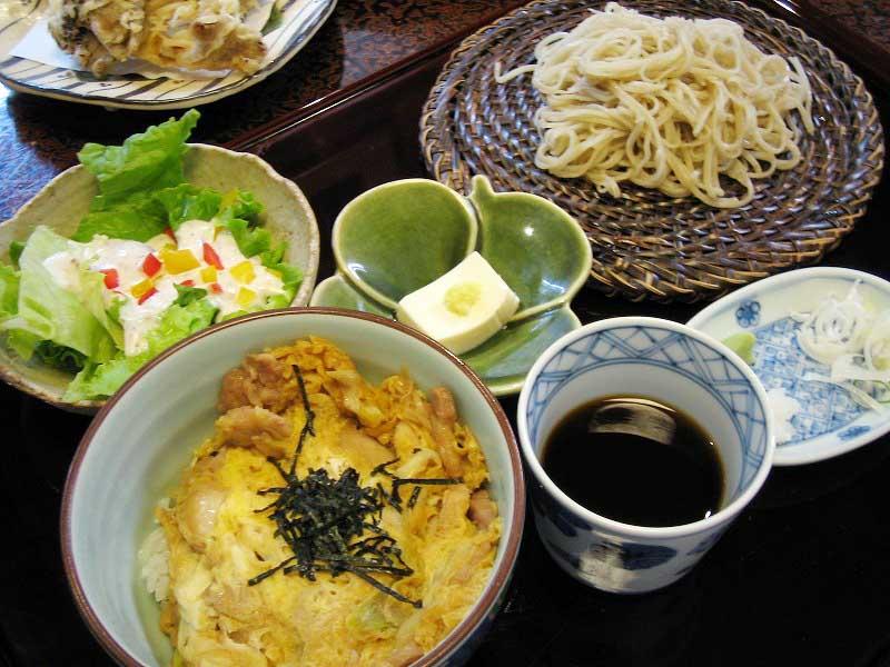 熊谷市妻沼「辻九 妻沼店」のミニ鶏親子丼と冷たい蕎麦のセット