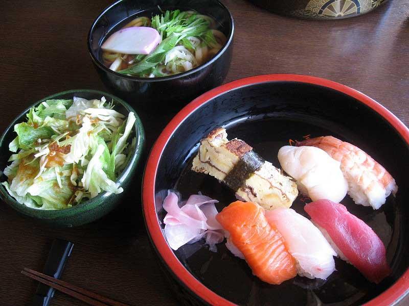 握り寿司とうどんとサラダの「週替わりランチ」
