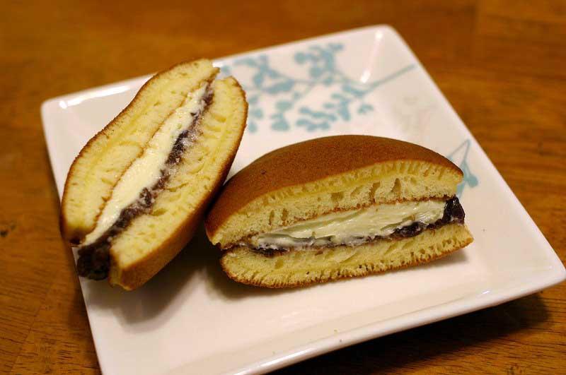 太田西本町「峯岸大和屋」のあんバターどら焼きと抹茶のあんバターどら焼きとだんご