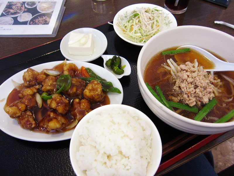 深谷市東方町2「四海聚」の酢豚と台湾ラーメンの日替わり定食
