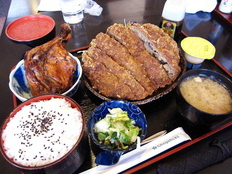 藤岡市本郷「鶴商文庫」のメンチカツ定食