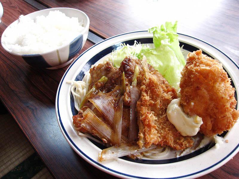 寄居町桜沢「洋食 つばき」の今日の目玉(焼肉・魚フライ・カニコロッケのセット)