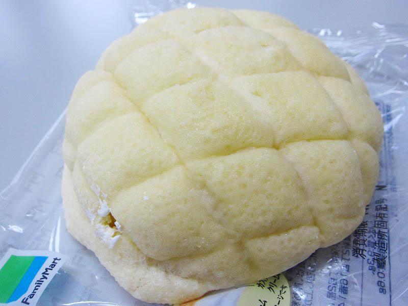 コンビニ「ファミリーマート」のホイップメロンパンと小つぶカールこく旨チーズ味