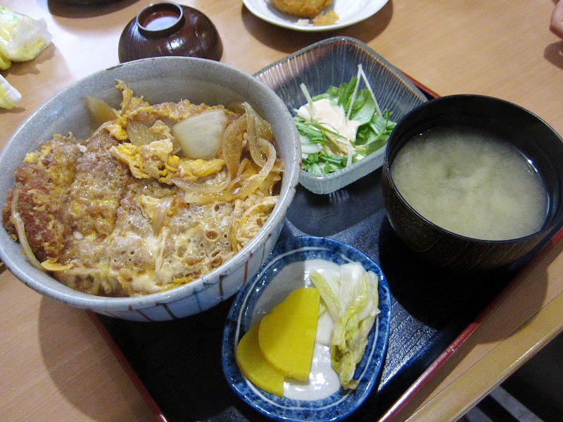 熊谷市妻沼「めぬま屋」の上カツ丼と手作りコロッケとメンチ