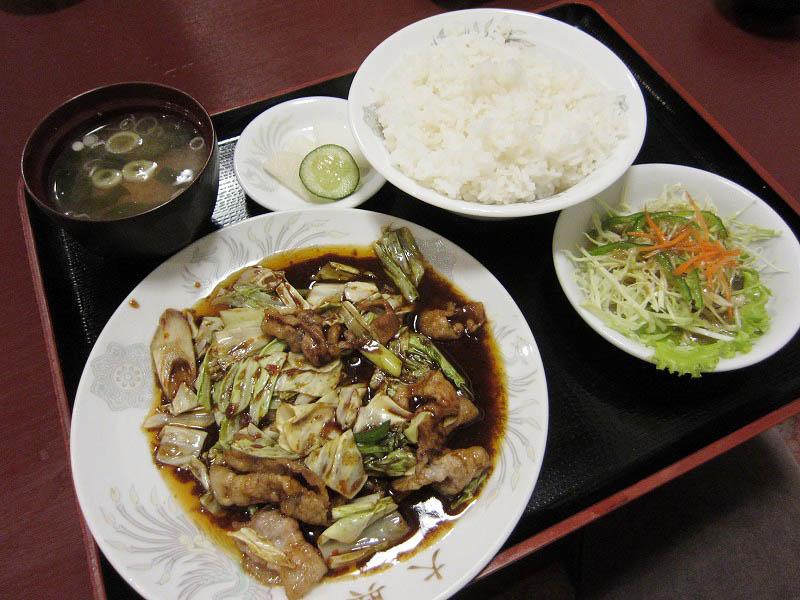 深谷市岡部「大興」の豚肉とキャベツの味噌炒め定食と肉が大きいチャーシュー麺と自家製餃子(店主お薦め)5コ