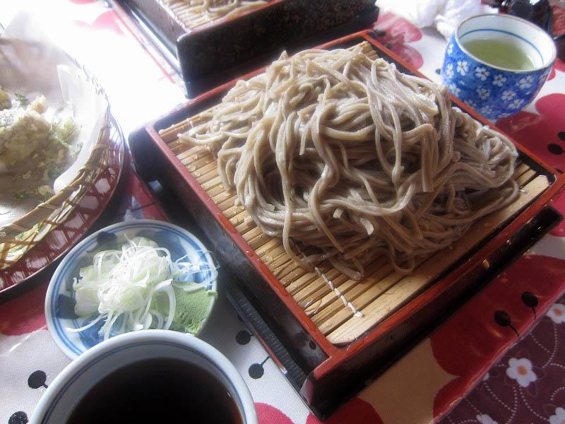 栃木県鹿沼市上永野「たろっぺ茶屋」の大盛そばと天ぷら野菜盛り合わせ8品