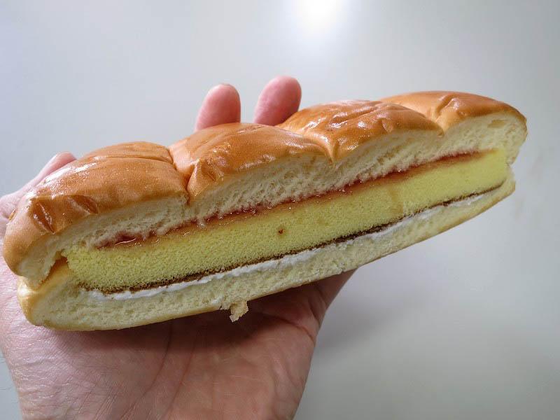 コンビニ「ファミリーマート」のカステラサンド いちご&クリーム