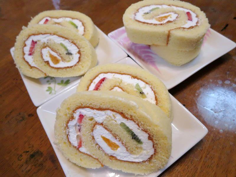 深谷市柏合「Patisserie Bonheur」のフルーツロールケーキ