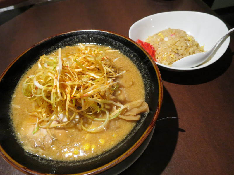 熊谷市中奈良「らあめんダイニング 三峰」のネギ味噌らーめんとセットチャーハンと餃子