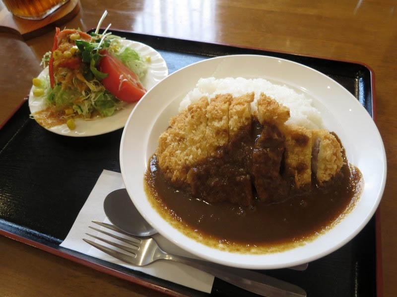 吉見町下細谷「カフェ・ド・レストラン Bell」のロースカツカレー サラダ付き