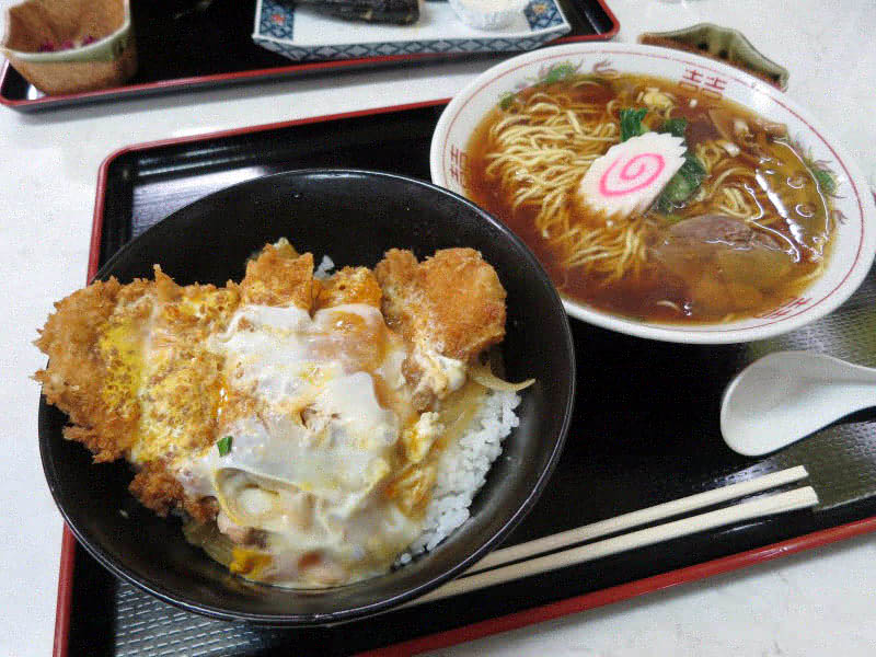 宇都宮市鶴田町「若山食堂」の親子カツ丼セット