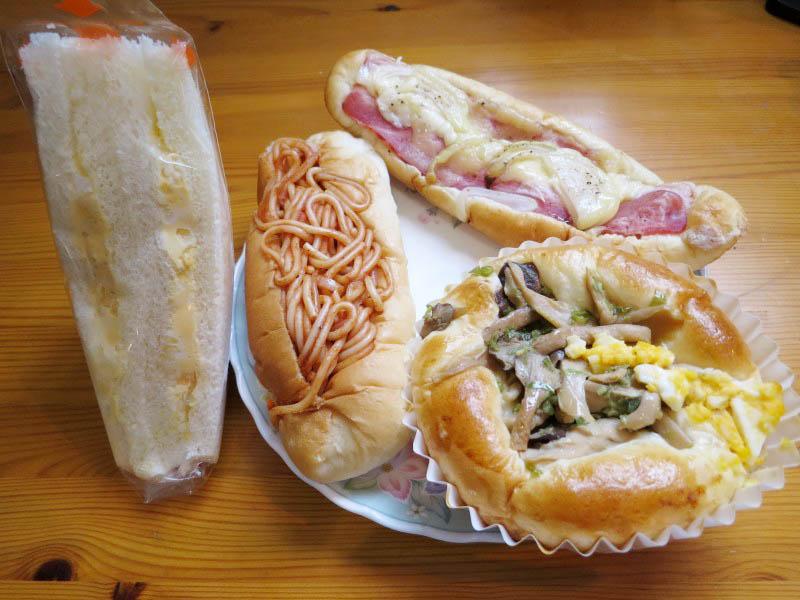 児玉郡上里町七本木「パンの樹」の各種パンとカフェショコラのロールケーキ