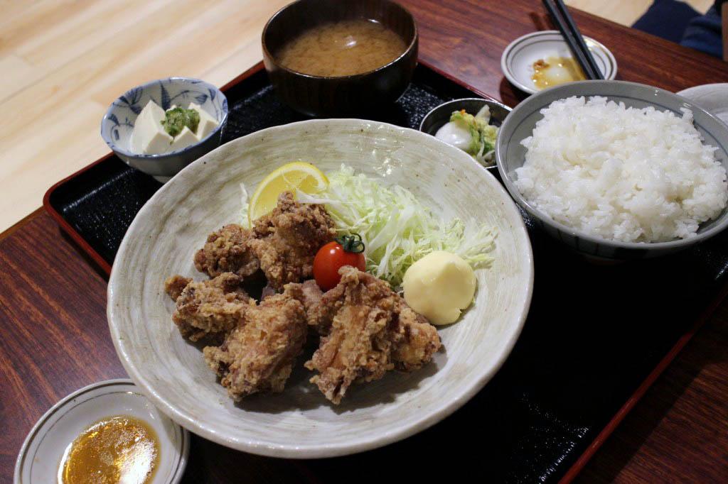 熊谷市新堀「楽㐂食堂」の唐揚げ定食と餃子と茄子焼きとラッキーサラダ(ハーフ)