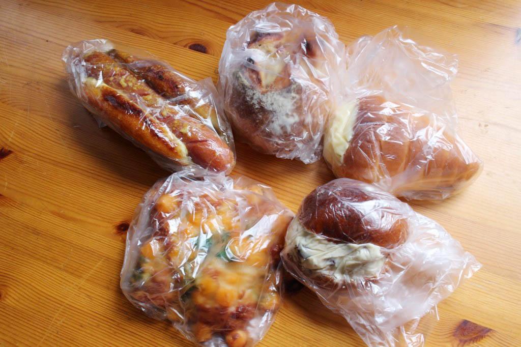 熊谷市肥塚「小麦の丘」のカレーのソシソンとカマンベールベーコンとチーズスクエア~バジルソース仕立て~など色々