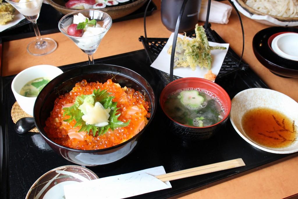 熊谷市善ヶ島「奴寿司」の海鮮親子丼セット他